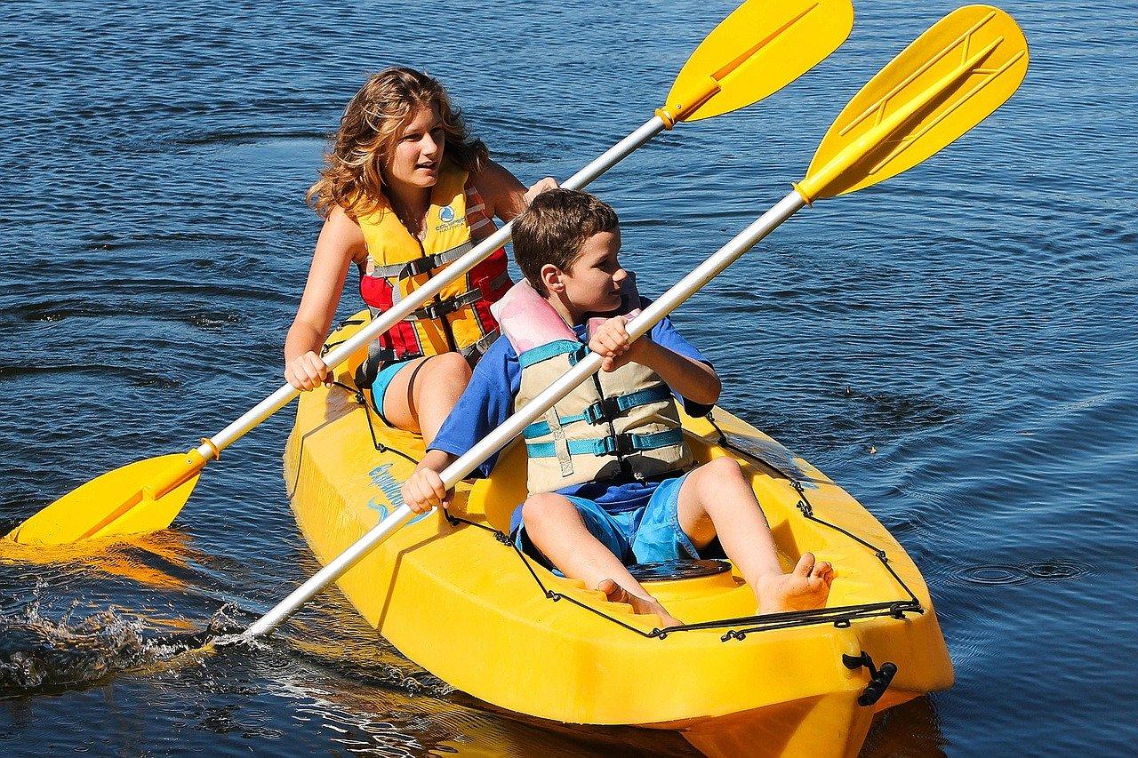 Gezin watersport kajak kano vakantie
